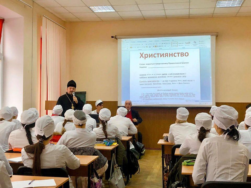 В Одесі священик розповів студентам-медикам про Християнство