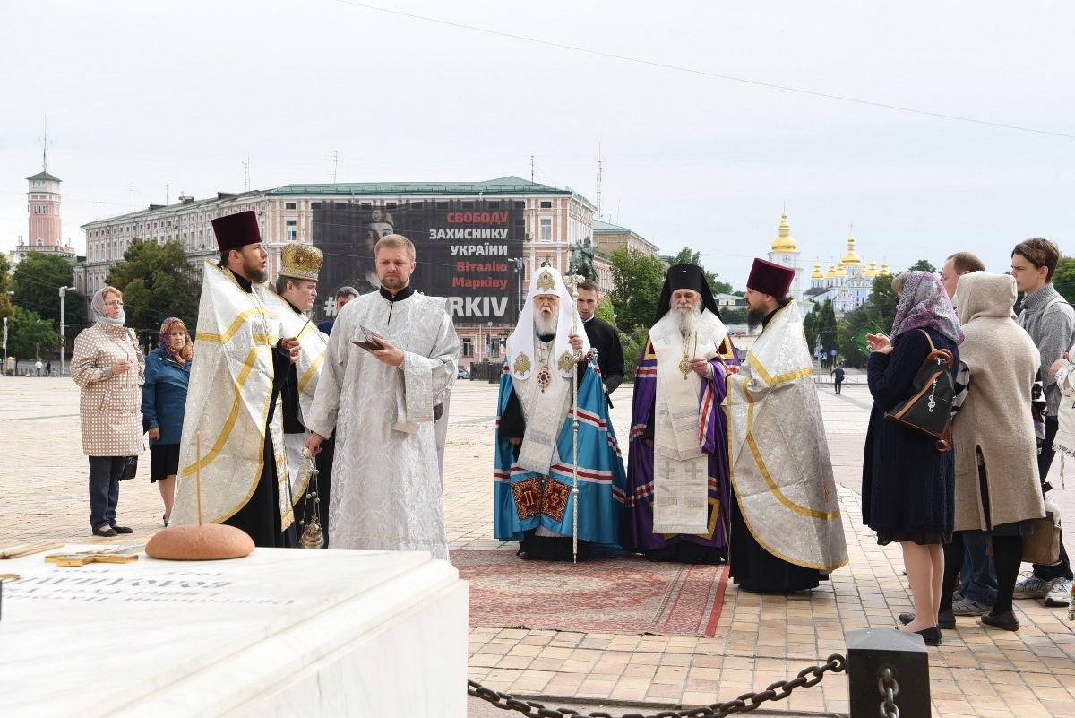 Патріарх Філарет звершив заупокійну літію біля могили Патріарха Володимира (Романюка)