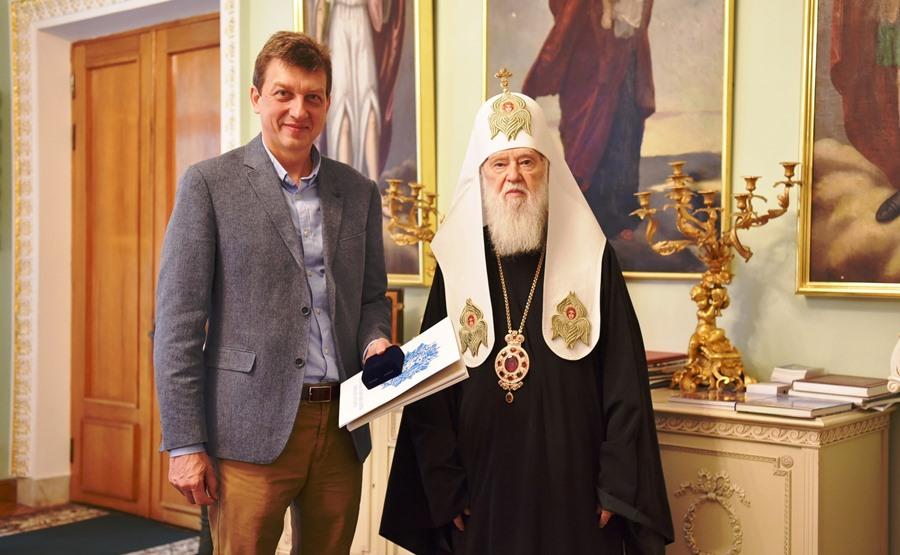 Патріарх Філарет зустрівся з відомим громадським діячем Олесем Донієм