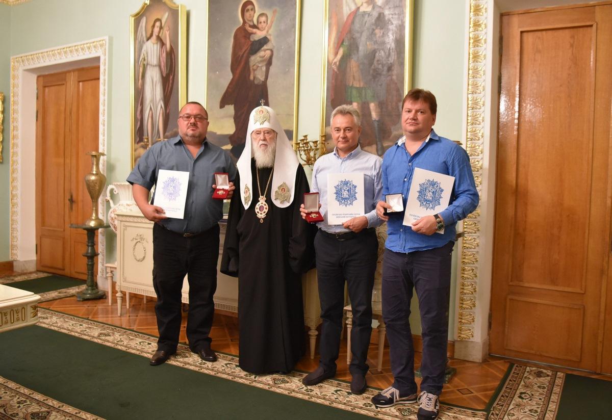 Патріарх Філарет відзначив церковними нагородами волонтерів, які допомагають українській армії