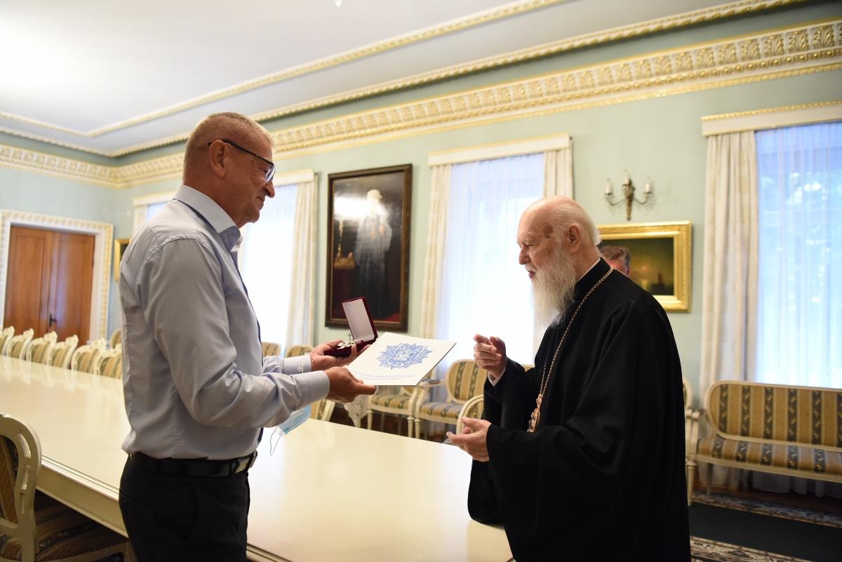 Патріарх Філарет нагородив захисника Маріуполя Валерія Андрущука